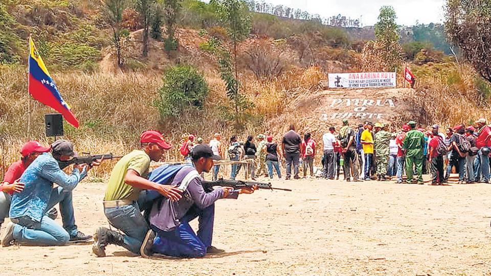 Jornada de entrenamiento de milicias bolivarianas en Macarao, sur de Caracas.