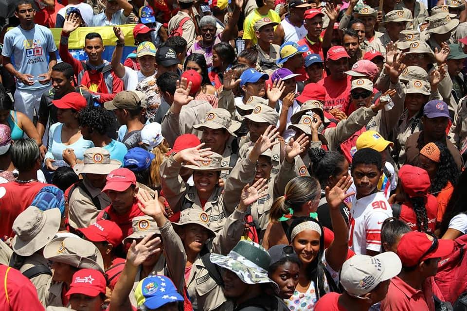 L'immagine può contenere: 18 persone, persone che sorridono, folla e spazio all'aperto