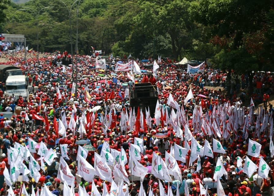 L'immagine può contenere: una o più persone, folla e spazio all'aperto