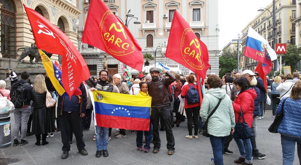L'immagine può contenere: 2 persone, tra cui Indira Pineda, folla e spazio all'aperto